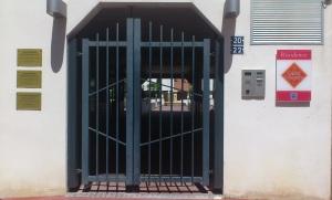 Entrée de la résidence, le Cabinet se trouvant au rez de chaussée de celle-ci.
